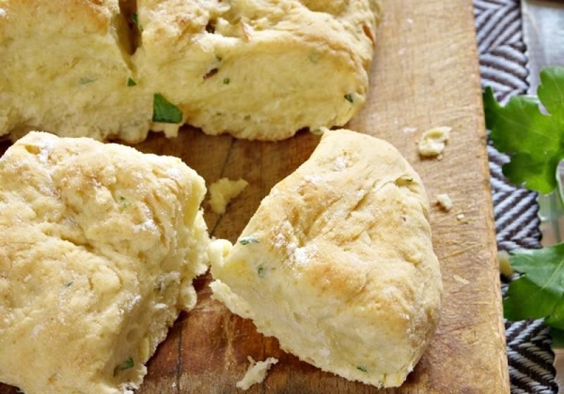 kruh-sa-zacinskim-biljem-i-maslinovim-uljem